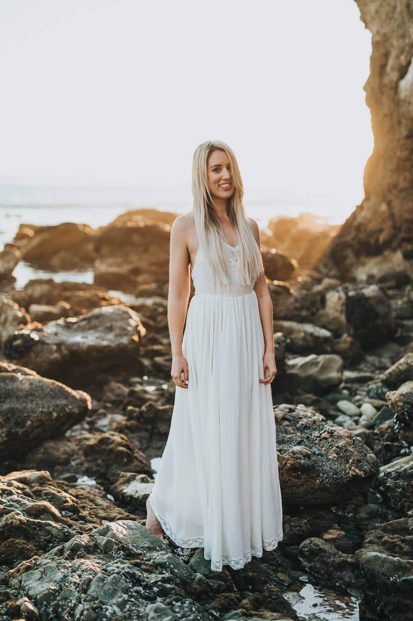 mariée sur des rochers au bord de la plage