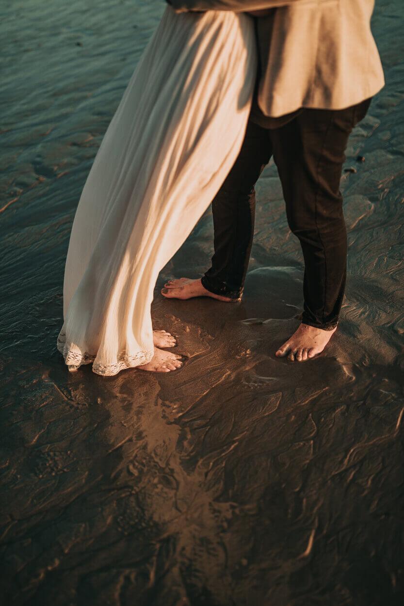 mariés les pieds dans le sable sur la plage