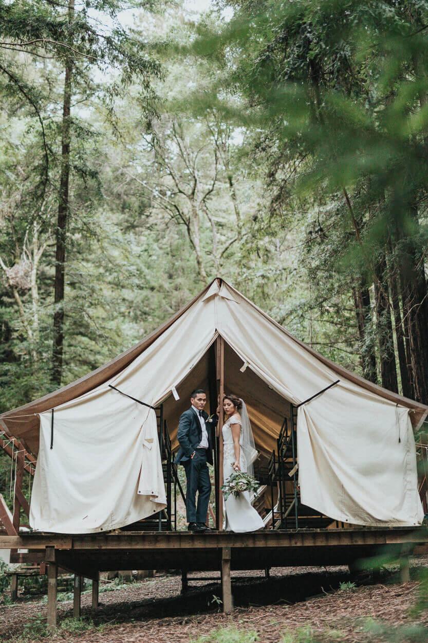 couple dans une cabane de forêt