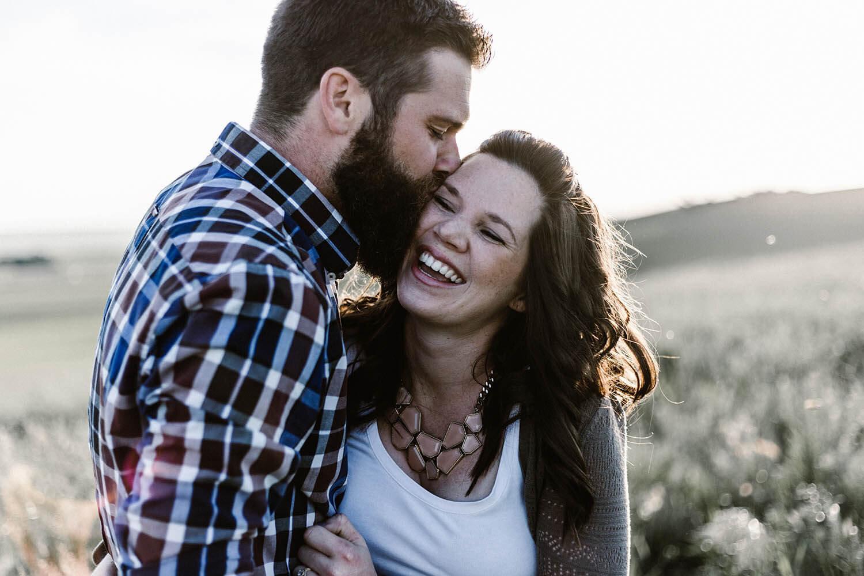 futurs mariés s'embrassant