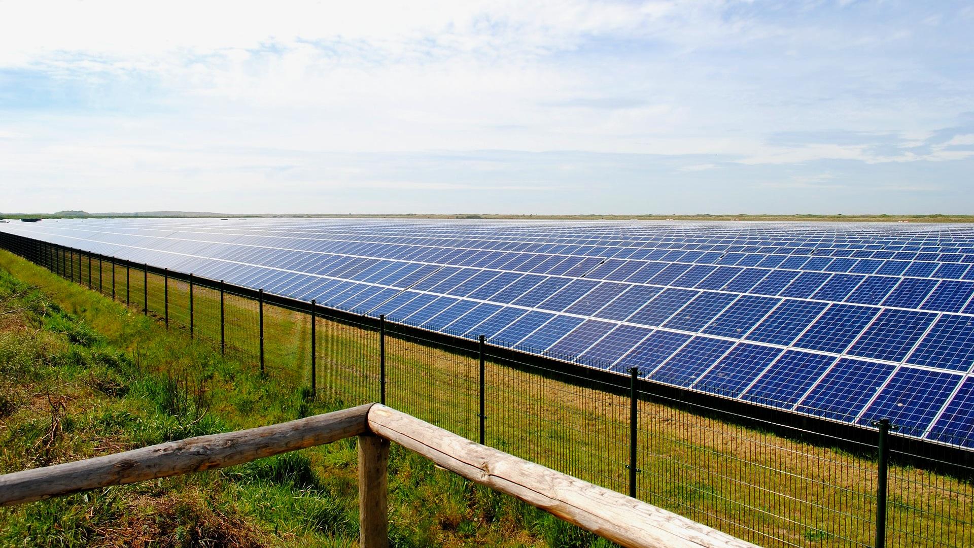 solar-panels-2423614_1920.jpg