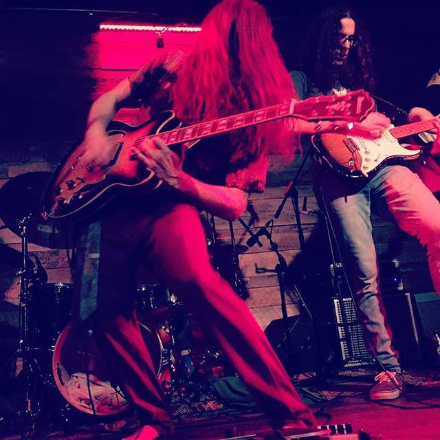 C'était une superbe soirée hier à La Ripaille, ça a bien débuté l'année! 🔋  Prochain show 👉 Mardi 15 janvier 👉 L'escalier mtl  Nous serons également de retour à Repentigny le 25 février dans le cadre du festival feu et glace 😏  Credit photo: Mathilde Joncas  #musiquequebecoise #montrealfunk #repentigny #  #flyinghair #funk #funky #guitar #bass #qc #music #musique #grooveface #rocking #dudeswithlonghair