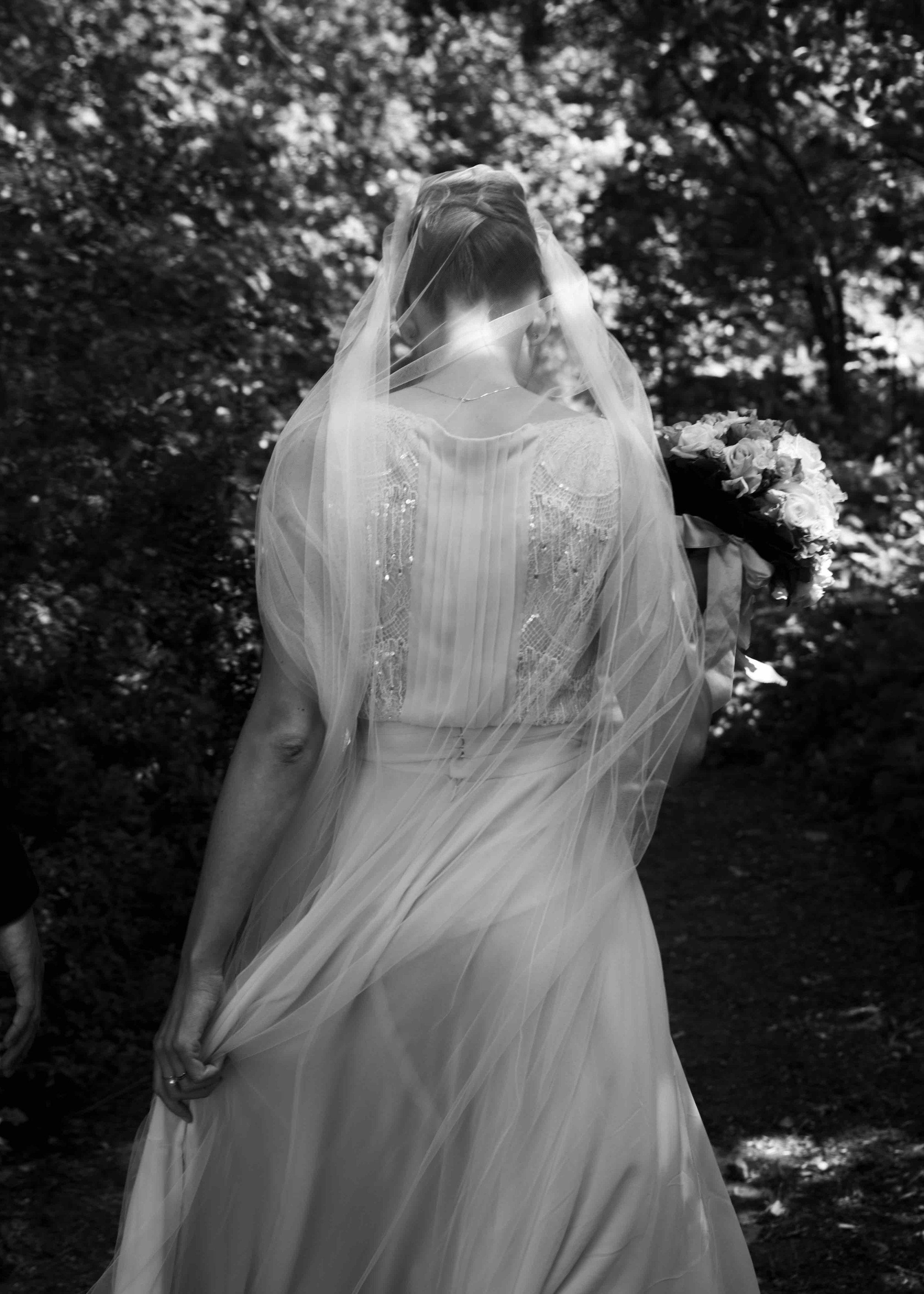 Cecilie i en Jesper Høvring kjole.