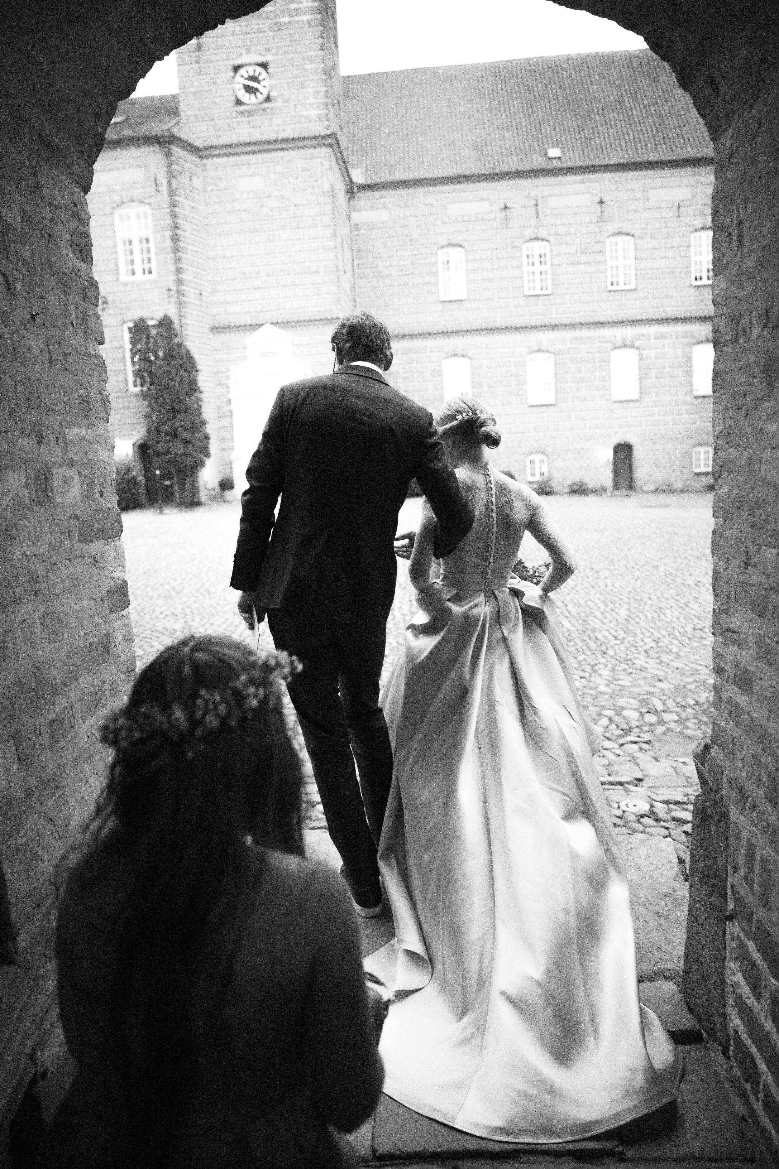 På vej ud af kirken som mand og kone.
