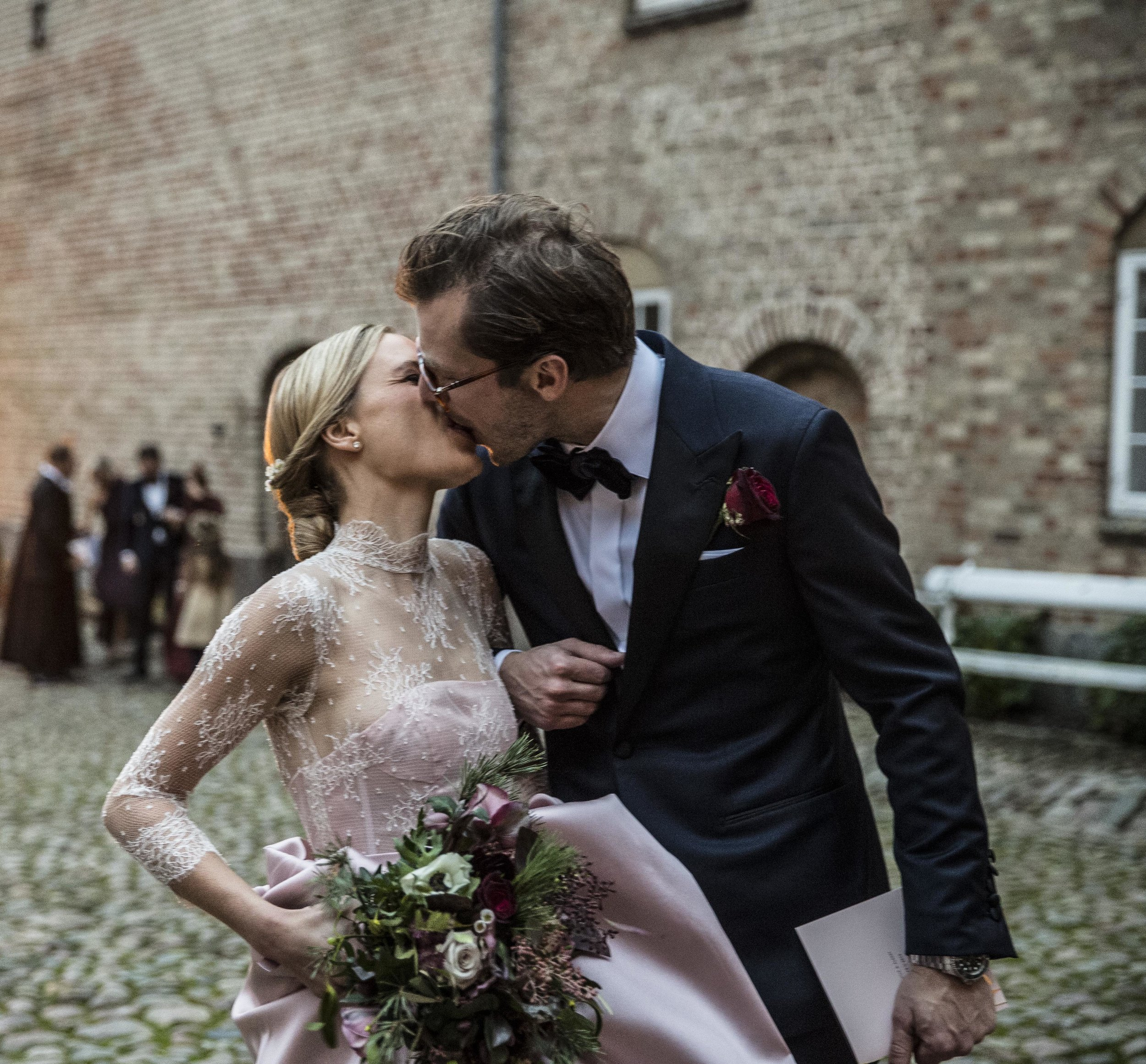 Det første rigtige kys som nygifte.