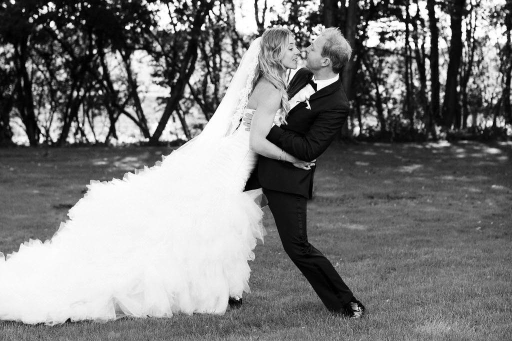 Christel og Rune, 19.09.15 - I forbindelse med vores bryllup havde vi glæden af at bruge Sofie som vores arrangør. Eftersom min mand er tryllekunstner, og jeg selv er akrobat, drømte vi om at holde et kæmpe cirkusbryllup. En sådan slags bryllupsfest kræver en enormt kreativ, anderledes, fantasifuld og åben tilgang for at kunne realiseres. Her var Sofie en stor kompetence for os – lige fra fund af drømmested til hendes kreative idéer til eksempelvis vores utraditionelle bryllupsinvitation. Sofie var med til at sørge for, at alt klappede under hele begivenheden – hvilket bestemt ikke var en nem opgave. Og dedikeret som hun er, hoppede hun selvfølgelig også i cirkus-uniform under festen.Vi kan varmt anbefale Brink Bryllup.Kærlige hilsner, Rune Klan Stjernebjerg og Christel Klan Stjernebjerg
