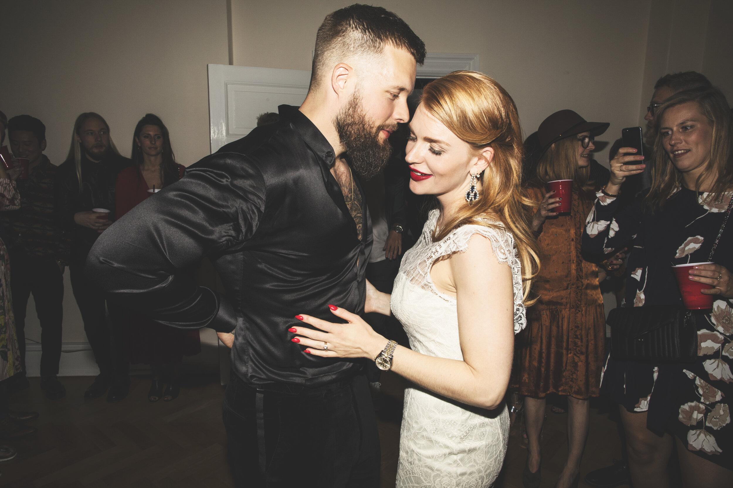 Sofie og Michael, 05.05.17 - Det er godt to et halvt år siden, at vi blev gift. Igen her til aften slog det mig, at jeg endnu ikke har fået skrevet de velfortjente ord, om en meget stilet ung kvinde, der var med til at gøre vores bryllup til virkelighed. Jeg har netop kigget alle vores bryllupsbilleder igennem og de formår at genkalde mange af de følelser vi mærkede i kroppen den dag.Sofie du skabte de smukkeste, kreative rum,  men ikke mindst også også trygge rum. Her taler jeg om de små rum i vores maver. Den tryghed vi følte, da vi overlod al koordinering til dig, med ro og tro på, at du havde alt under kontrol. Vi ser frem til den dag, hvor vi vil forny vores løfter over for hinanden & vores nærmeste. Der er ingen tvivl om, at det vil blive med Brink Bryllup i spidsen.Af hjertet tak,Michael & Sofie