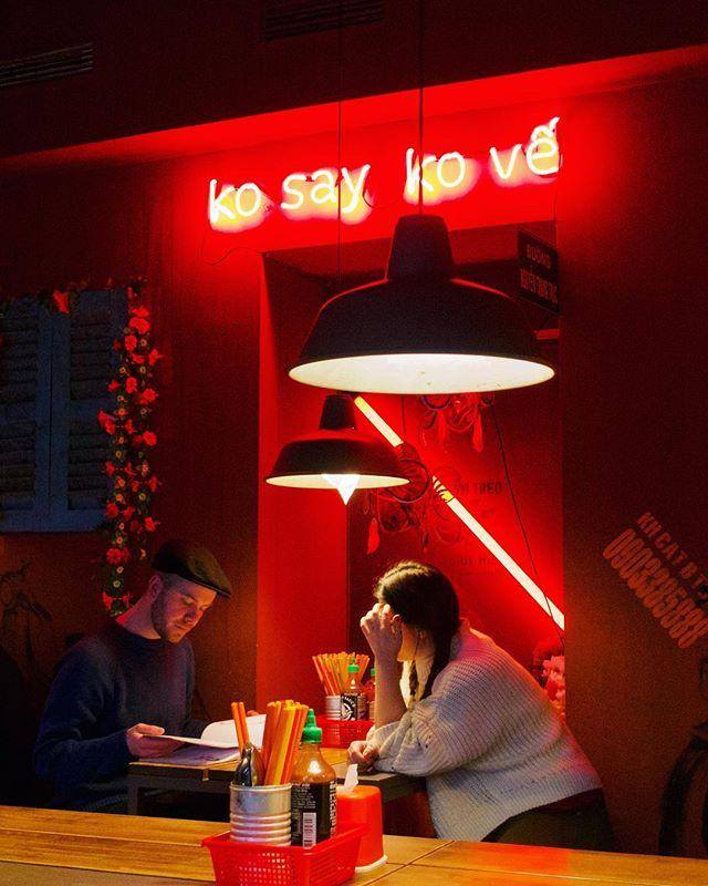 Cyberpunky phôs 🍲 and baos 🥯 at @districtmot #neon #vietnamesefood #pho #bao #cyberpunk