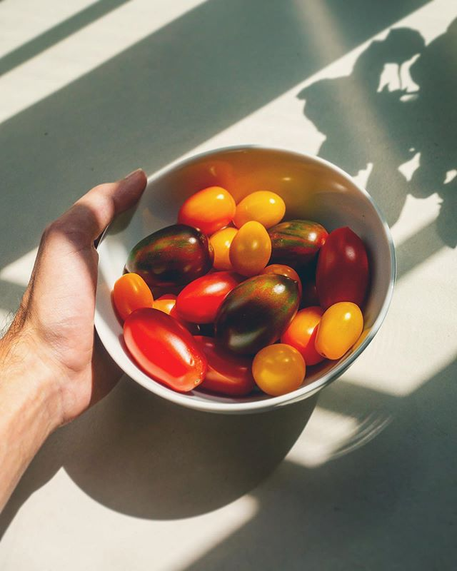 Shimmering nuggets of summer 🙇🏻♂️ Sweet as a strawberry 🙏🏼 #vikentomater #love4food #shadows #summerproduce