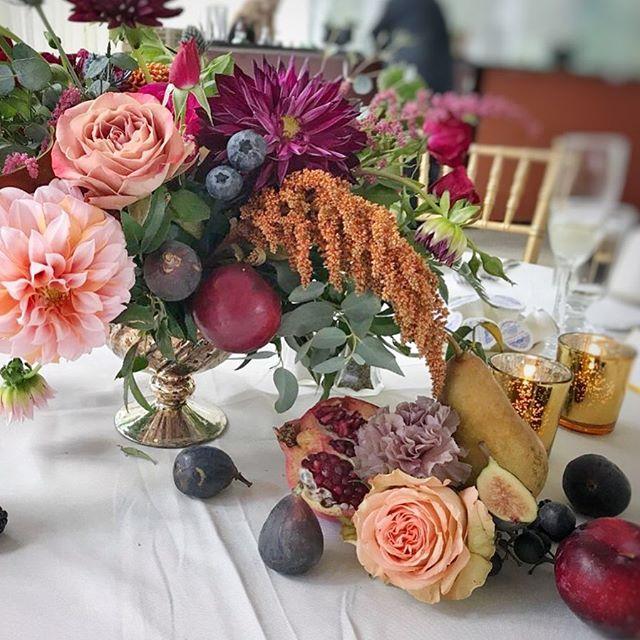 Fruit and flowers... my favorite🤗🤗🤗 thank u @sterlingstems for the amazing dahlias! They were perfect! #peachesandcreamdahlia #fruitandflowers #weddingcenterpiece #fallflowers #weddingflowers #upstatewedding #upstateflorist