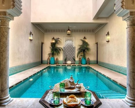 RİAD KNİZA - 18. yüzyıldan kalma geleneksel bir Fas binasında yer alan bu lüks riad'da açık yüzme havuzu, sauna ve buhar banyosunun tadını çıkarabilirsiniz. Geleneksel Fas tarzında dekore edilmiş Riad Kniza'nın tüm odalarında oyma ahşap mobilyalar ve şömine bulunmaktadır.