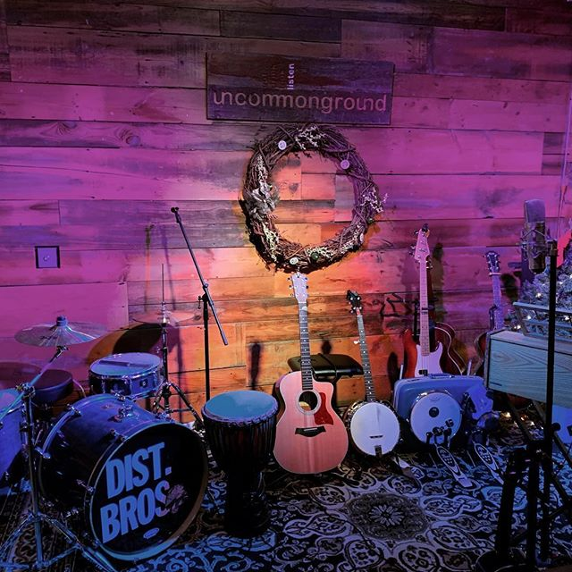 We have a full house tonight at @uncommongrd with @arthurfonzerelli about to hit the stage. Looking forward to Michael J. Foxxy, @distantbrothersmusic and @theearlysixes. Check out Facebook we might try one of these livestream things we've been hearing about. . . . #livemusic #uncommongroundchicago #livemusic #chicagomusic #band #folk
