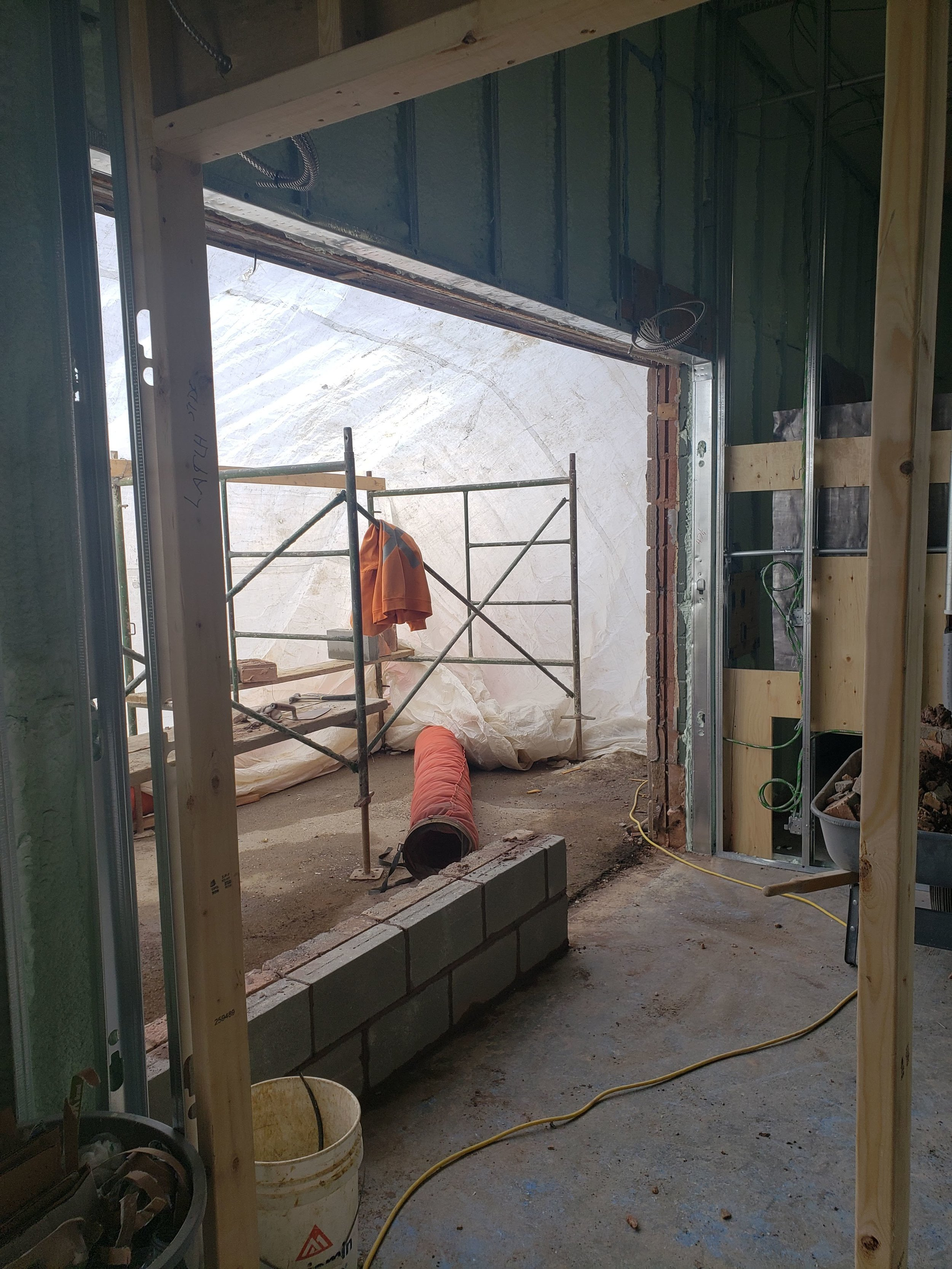 Masonry team back to finish off the entrance. Windows going in next week !
