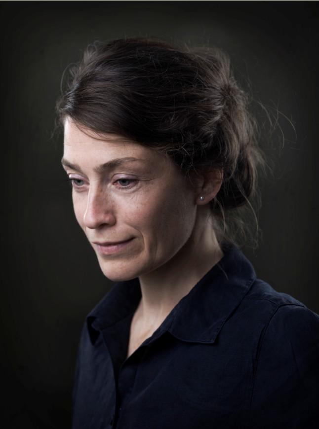 Miek Zwamborn - Miek Zwamborn ist 1974 in Südholland geboren. Sie lebte längere Zeit im Engadin und ist Übersetzerin des Schweizers Arno Camenisch, Dichterin, Schriftstellerin und bildende Künstlerin. Zwamborn lebt und arbeitet in Amsterdam. Wir sehen uns am Ende der Welt ist ihr erster Roman, der in deutscher Sprache erscheint.Bild © Tessa Posthuma de Boer
