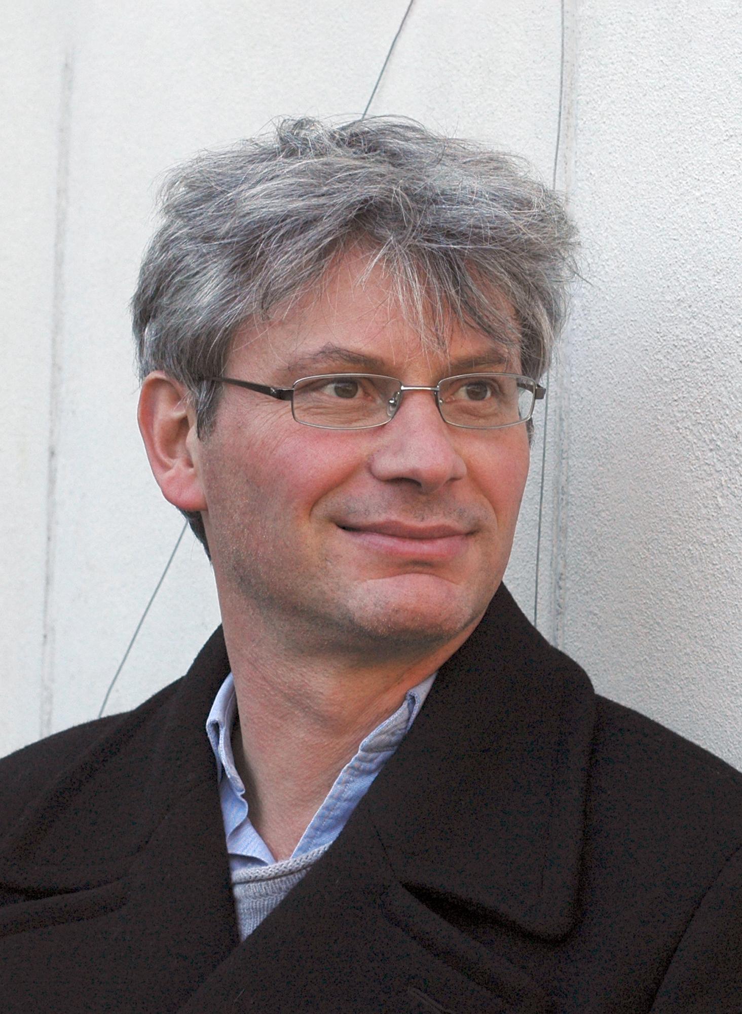 Roland Buti - Roland Buti wurde 1964 in Lausanne geboren. Sein Studium der Literaturwissenschaften und Geschichte schloss er 1996 mit einer Dissertation ab, die Aufsehen erregte: Le refus de la modernité: la Ligue vaudoise, une extrême droite et la Suisse (1919-1945). Buti arbeite als Geschichtslehrer am Gymnasium und widmet sich daneben Forschung und Literatur. 1990 erschien der Erzählband Les âmes lestées, 2004 sein erster Roman, Un Nuage sur l'œil, der mit dem Prix Bibliomedia 2005 ausgezeichnet wurde. Der Roman Luce et Célie (2007) wurde in die Sélection Lettres frontière 2008 aufgenommen.Das Flirren am Horizont(frz. Le milieu de l'horizon) wurde nominiert für den Prix Médicis pour le meilleur roman 2013 und ausgezeichnet mit dem Schweizer Literaturpreis 2014.