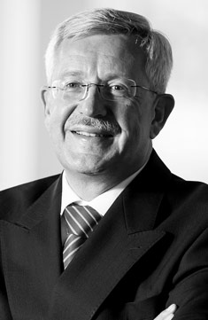Martin Dahinden - Martin Dahinden, 1955 in Zürich geboren, studierte Wirtschaftswissenschaften und Geschichte. Er arbeitete als Diplomat in Genf, Paris, Lagos, New York, Brüssel und Bern, leitete die Direktion für Entwicklung und Zusammenarbeit und das Genfer Minenzentrum und ist heute Schweizer Botschafter in den Vereinigten Staaten.