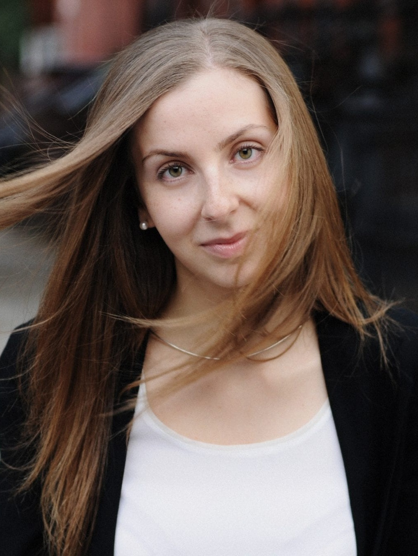 Maria Konnikova - Maria Konnikova, geboren 1984 in Moskau, ist eine russisch-amerikanische Schriftstellerin und Journalistin, die über Psychologie, Neurowissenschaft und Literatur schreibt. 2013 erschien Die Kunst des logischen Denkens. Sie lebt in New York.Bild © Margaret Singer & Max Freeman