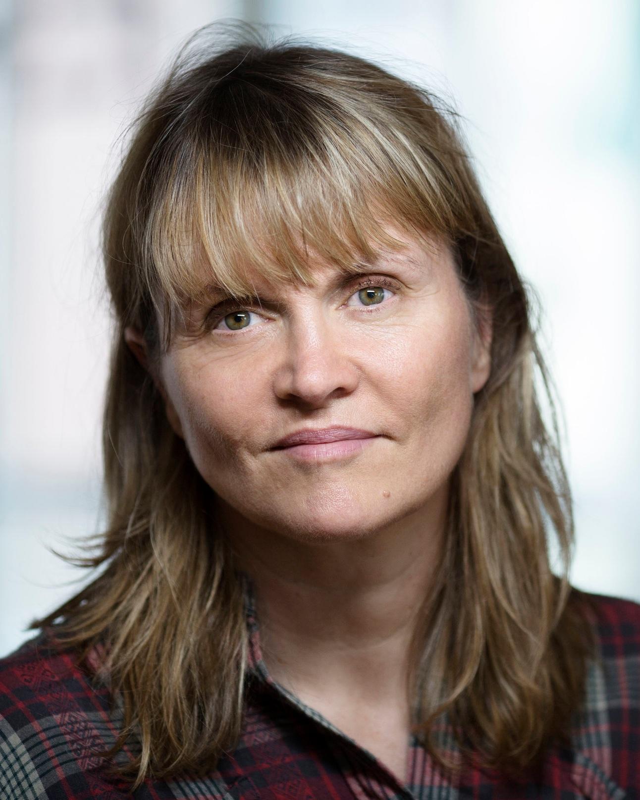 Nina Lykke - Nina Lykke wurde 1965 geboren. Ihr Debüt Orgien, og andre fortellinger (2010) war für den norwegischen Jugendkritikerpreis nominiert. Ihren Durchbruch hatte Lykke mit ihrem RomanAufruhr in mittleren Jahren(2016), der in Norwegen eines der am meisten besprochenen Bücher des Jahres war, den norwegischen Jugendkritikerpreis gewann und in Norwegens größtem Bücherklub zum Buch des Monats gekürt wurde.Bild © Jo Michael