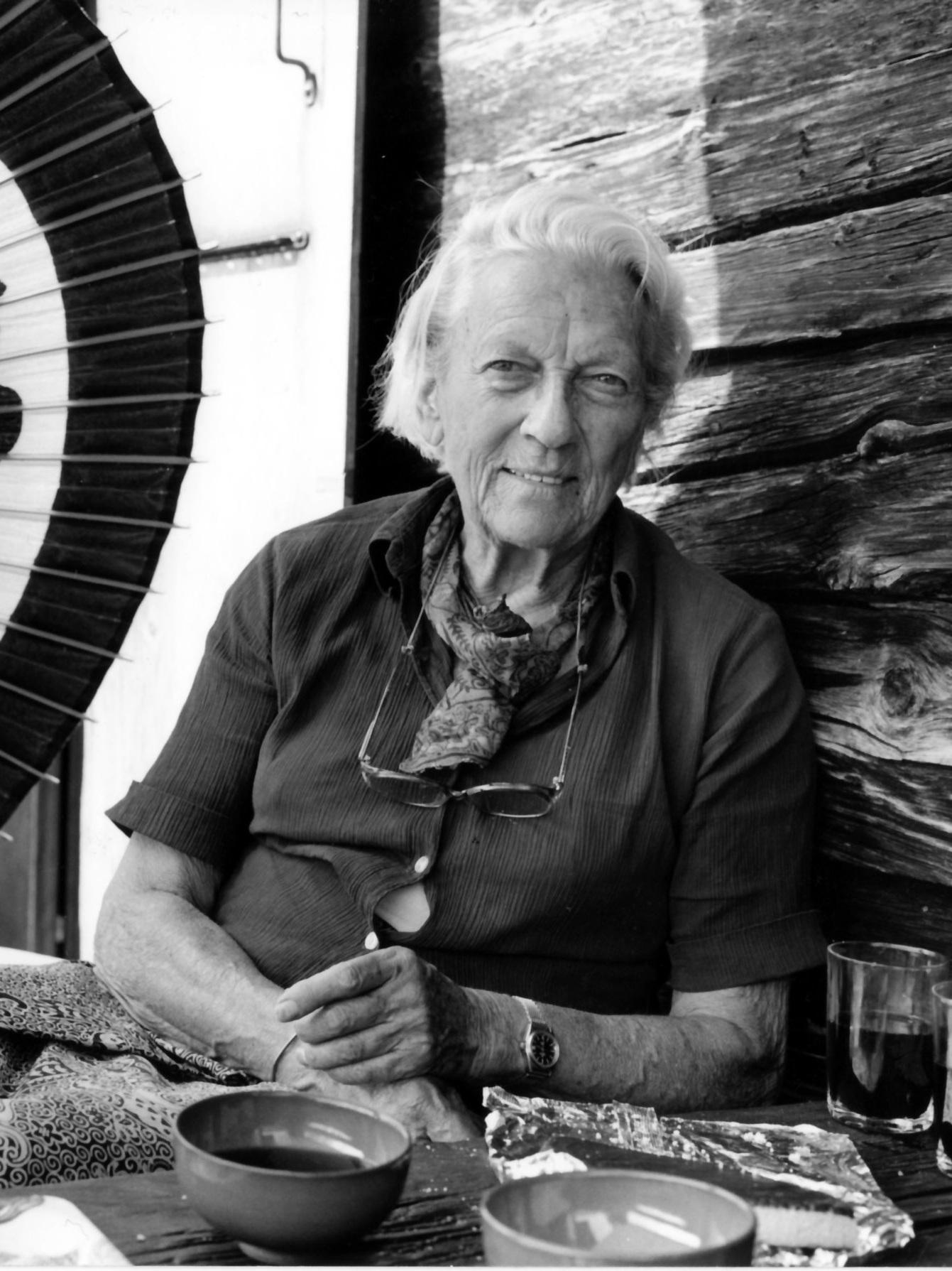 Ella Maillart - Ella Maillart, 1903–1997, trat für die Schweiz 1924 bei der Olympiade im Einhandsegeln an und war Mitglied der Schweizer Nationalmannschaft der Skifahrerinnen. Sie unternahm viele Reisen in den Nahen und Fernen Osten, erst für Le Petit Parisien, später für Buchreportagen, etwa Auf kühner Reise, Turkestan Solo und Verbotene Reise.Bild © Anneliese Hollman