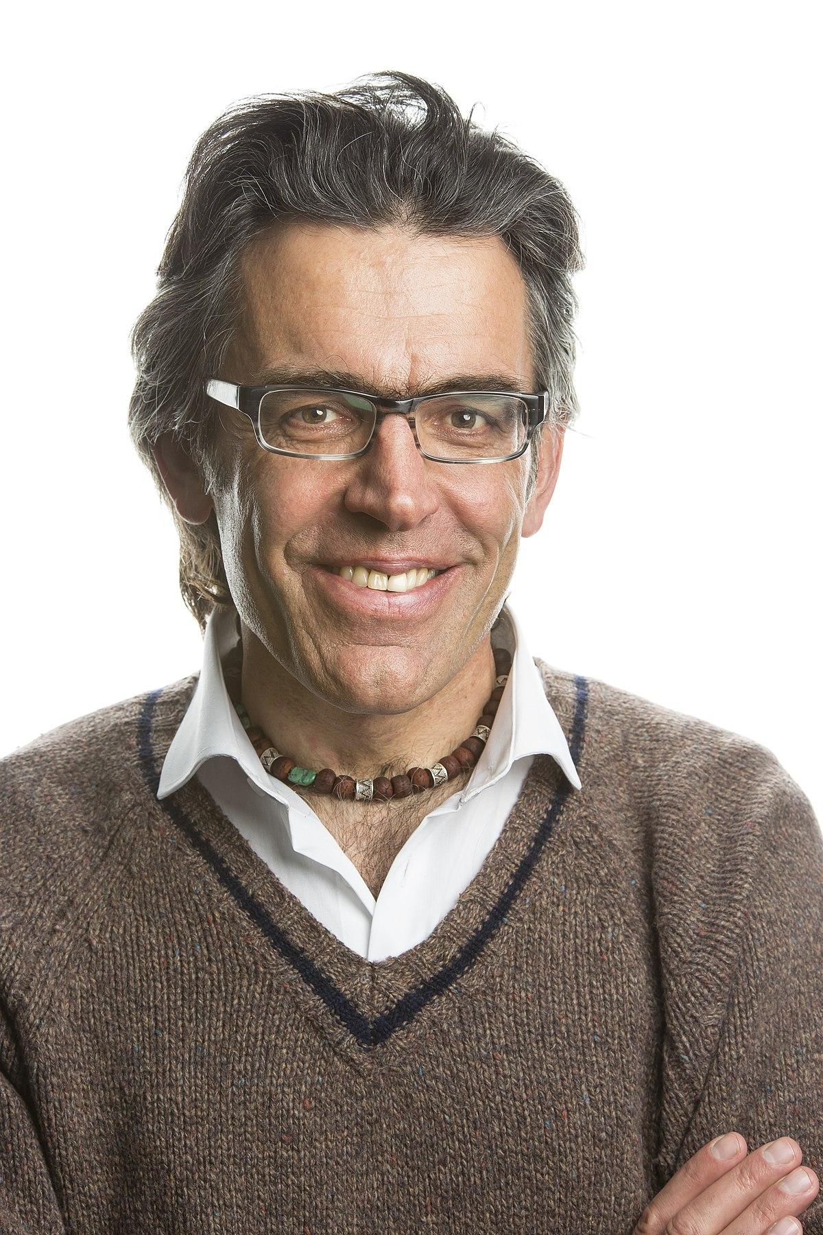 Wilfried Meichtry - Wilfried Meichtry, geboren 1965 in Leuk-Susten im Wallis, ist promovierter Historiker und Germanist. Nach dem Studium arbeitete er als Gymnasiallehrer, seit 2002 ist er selbstständiger Publizist. Meichtry konzipiert Ausstellungen und schreibt Drehbücher. Er lebt und arbeitet in Burgdorf.Bild © Robert Hofer