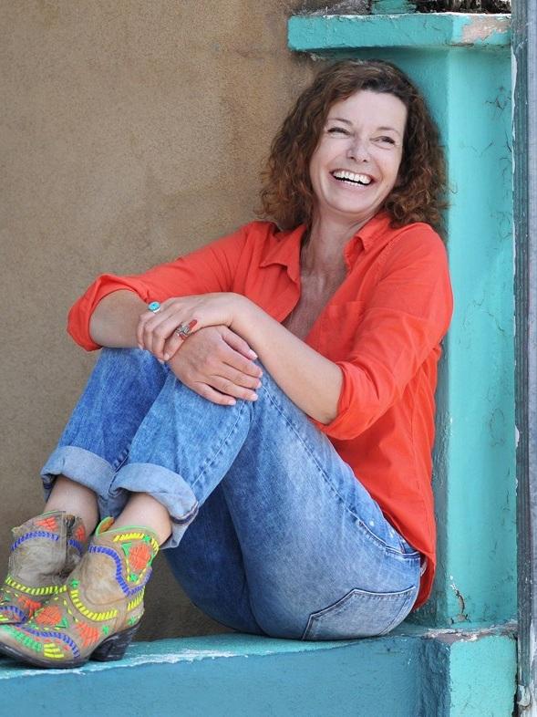 Milena Moser - Milena Moser, 1963 in Zürich geboren, arbeitete nach einer Buchhändlerlehre für das Schweizer Radio DRS und für Zeitungen, bevor sie durch ihre Romane und Erzählungen über die tragikomischen Wechselfälle des Lebens berühmt wurde. Sie veröffentlichte 1990 ihre erste Kurzgeschichtensammlung Gebrochene Herzen oder Mein erster bis elfter Mord in einem eigens von ihren Freunden für sie gegründeten Verlag – 1991 landete sie mit Die Putzfraueninsel ihren ersten Bestseller. Die Verfilmung des Romans durch Peter Timm wurde preisgekrönt. Seither sind Milena Mosers Bücher regelmäßig Bestseller. Sie gibt Schreibseminare, schrieb viele Jahre lang eine wöchentliche Kolumne in derSchweizer Familie und tourte zwischen2012und 2015zusammen mit Sibylle Aeberli und dem gemeinsamen Stück Die Unvollendeten durch die Schweiz. Seit Sommer 2015 lebt Moser in Santa Fe, New Mexico.Bild © Anna Yarrow