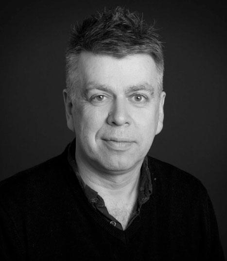 Erling Sandmo - Erling Sandmo, geboren 1963, ist Professor für Geschichte und Archäologie an der Universität Oslo. Er hat Bücher über Kriminal- und Musikgeschichte veröffentlicht. Er leitet ein Programm im Rundfunk undverfasst Beiträge über klassischeMusik für die Wochenzeitschrift Morgenbladet.