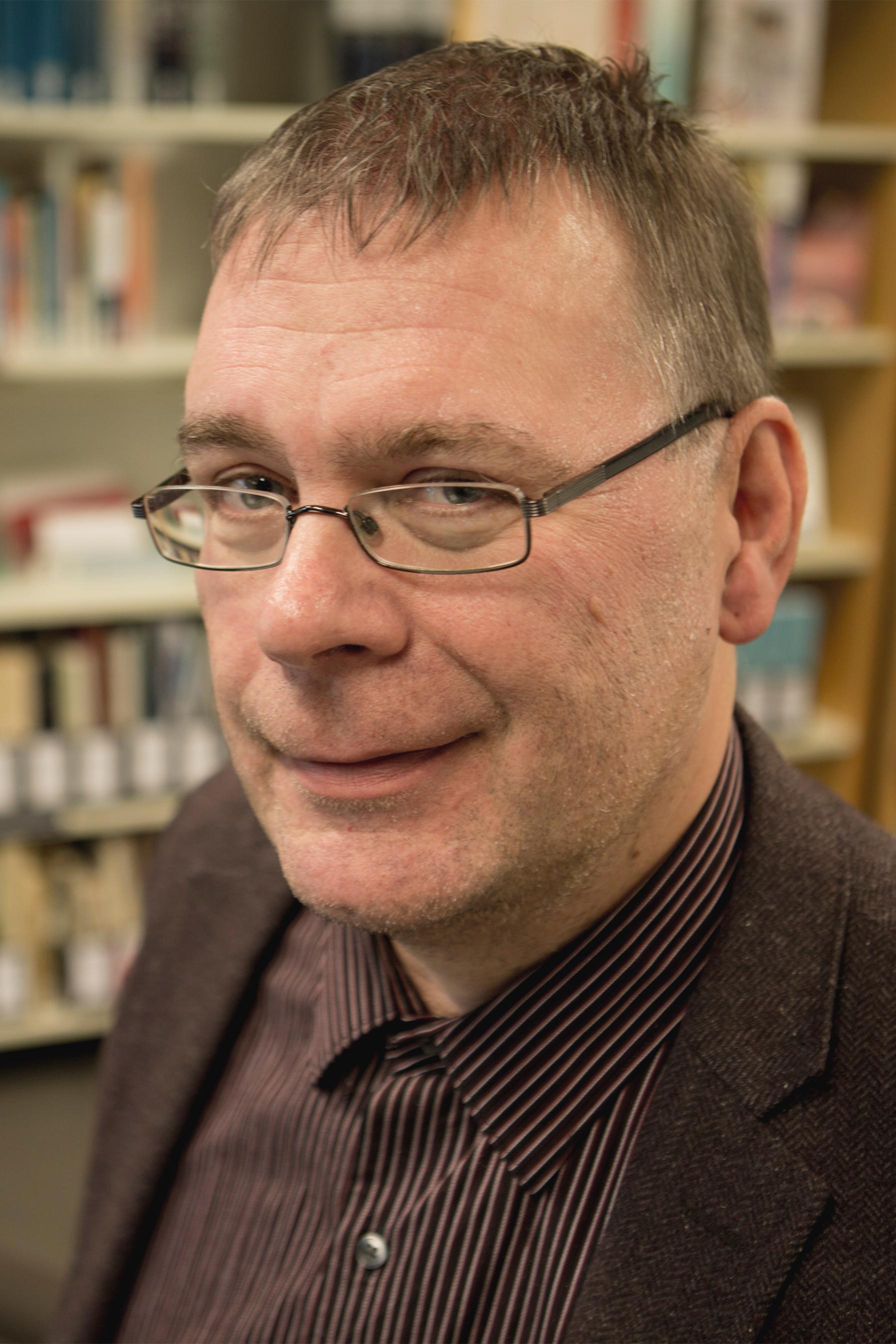 Ari Turunen - Ari Turunen wurde 1966 in Helsinki geboren. Er arbeitete zwanzig Jahre lang als Wissenschaftsjournalist für verschiedene Medien. Heute hält er Vorträge zu kulturgeschichtlichen Themen an Hochschulen und schreibt Beiträge für den Rundfunk. Seine Bücher analysieren humorvoll die Kuriosa westlicher Kulturgeschichte, etwa den Aberglauben, das Benehmen, die Trinkgewohnheiten, das Lügen. Zuletzt veröffentlichte er ein Buch über die Geschichte der Eisbrecher. Kann mir bitte jemand das Wasser reichen? ist sein erstes auf Deutsch erschienenes Buch.Bild © Anita Westerback