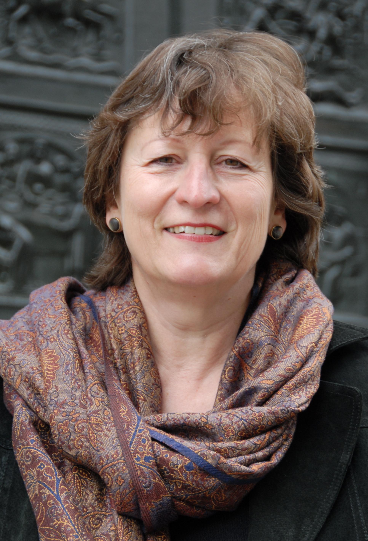 Gabrielle Alioth - Gabrielle Alioth wurde 1955 in Basel geboren. Nach einem Studium der Wirtschaftswissenschaften und der Kunstgeschichte und einer mehrjährigen Tätigkeit in der Konjunkturforschung übersiedelte sie 1984 nach Irland. Dort arbeitete sie anfangs als Übersetzerin, dann als Journalistin für deutschsprachige Zeitungen und den Rundfunk. Seit 1990 schreibt sie vor allem Romane und Kinderbücher, zuletzt Die griechische Kaiserin(2011) und Die Braut aus Byzanz (2008). Ihr Werk wurde bisher in mehrere Sprachen übersetzt. Gabrielle Alioth ist Mitglied der Jury des International IMPAC Dublin Literary Award 2009.Bild © Yvonne Böhler