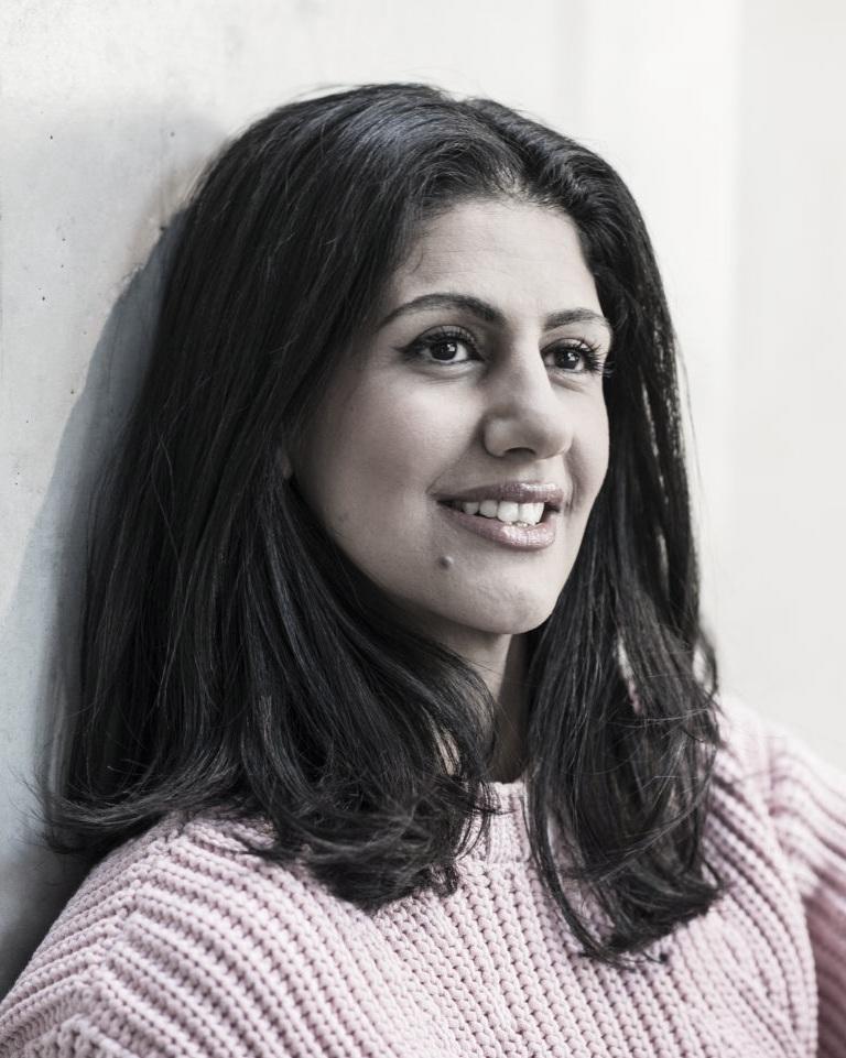 Golnaz Hashemzadeh Bonde - Golnaz Hashemzadeh Bonde, 1983 im Iran geboren, kam als Flüchtlingskind nach Schweden. Sie studierte an der Stockholm School of Economics und wurde eine der 50 Goldman Sachs Global Leaders. Sie gründete und leitet Inkludera Invest, eine NPO zur Unterstützung von Unternehmen mit sozialen Anliegen. Was bleibt von uns ist ihr erstes Buch auf Deutsch.Bild © Helén Karlsson