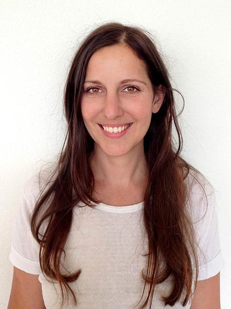 Silvia Tschui - Silvia Tschui wurde 1974 in Zürich geboren. Sie studierte Germanistik, absolvierte die Fachklasse Visuelle Gestaltung an der ZHdK und erwarb 2000 das Lehrdiplom Oberstufe. 2003 machte sie ihren Bachelor in Grafikdesign und Animation am Central St. Martins College in London und arbeitete vier Jahre als Animationsfilm-Regisseurin bei RSA Films in London. 2004 wurde ihre Arbeit für den British Animation Award nominiert. Zurück in der Schweiz arbeitete sie als Grafikerin, Journalistin und Redaktorin und schloss 2011 ihr Studium am Institut für literarisches Schreiben mit dem Bachelor ab. Zurzeit arbeitet sie als Redaktorin in Zürich bei Ringier. Jakobs Ross ist ihr erster Roman.