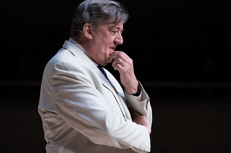 Stephen Fry - englischer Schauspieler, Drehbuchautor, Bühnenschriftsteller, Journalist, Dichter, Entertainer und Filmregisseur. Zahlreiche Dokumentarfilme, u. a. Stephen Fry: The Secret Life of the Manic Depressive, ausgezeichnet mit einem Emmy.Bild © Munk Debates 2018