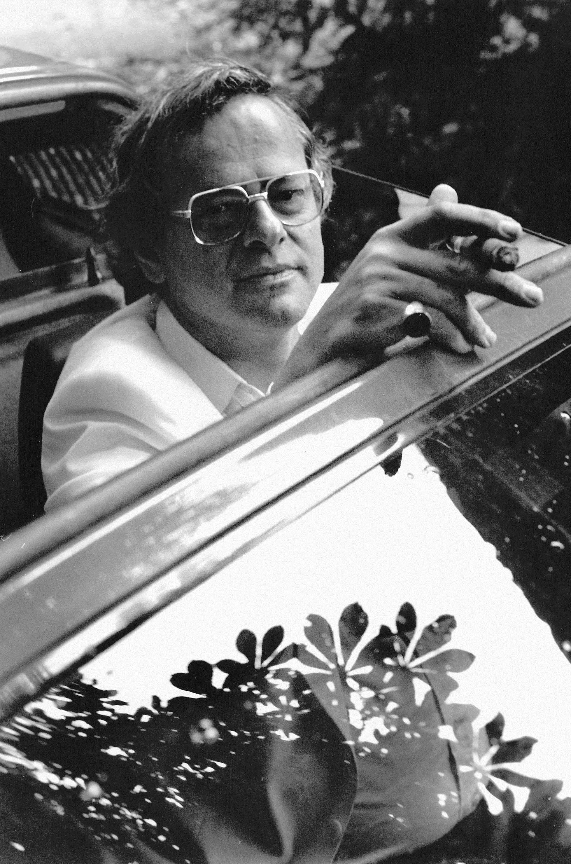 Hermann Burger - Hermann Burger, geboren 1942 in Aarau/Schweiz, studierte Germanistik und promovierte mit einer Arbeit über Paul Celan. Bereits als Student debütierte er 1967 mit der Gedichtsammlung Rauchsignale. Sein vielbeachteter erster Roman Schilten erschien 1976. Burger war außerdem Privatdozent für Neuere Deutsche Literatur und Feuilletonredaktor. Sein literarisches Werk wurde vielfach ausgezeichnet. 1989 starb Hermann Burger auf Schloss Brunegg im Aargau an einer Überdosis Medikamente.Bild © Yvonne Böhler