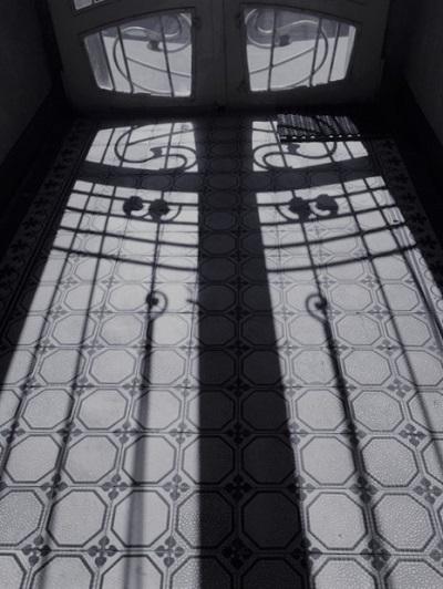 Alte Steinzeugliesen im Stiegenhaus.JPG