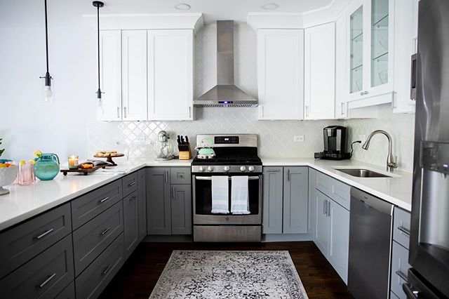 This kitchen does it all: Not only is she beautiful but she's functional, full of storage and is the best host. Love her so much. 🍴🍷 ♥️ 📸: @dietz_studio 👨🏻🔧: @johnkaznecki 👸🏼: @rynewilsoninteriors . . . #interiors #interiordecor #interiordecorating #homedecor #homedecorating  #rynewilsoninteriors #chicagointeriors #kitchen #kitchenremodel #kitchendesign #renovation