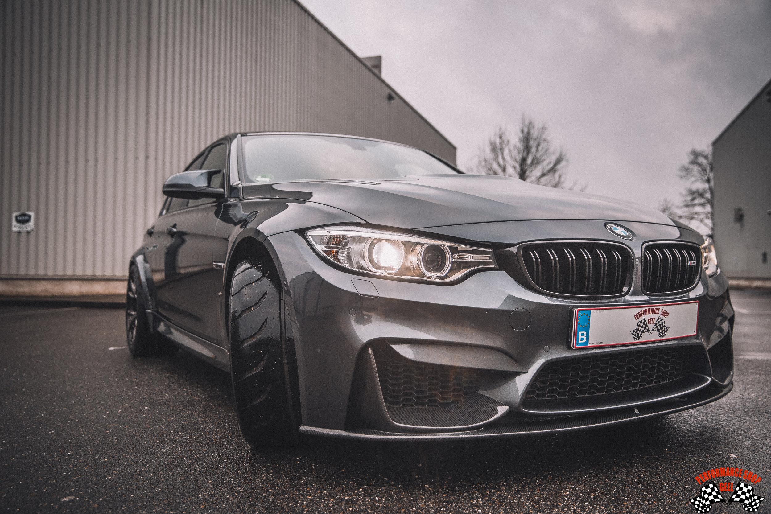 Aanvankelijk… - werden die upgrades thuis op de inrit uitgevoerd, maar daar liep Frits al snel tegen te veel beperkingen aan. De tijd brak aan om het allemaal wat professioneler te zien. Er werd een mooie bedrijfshal gekocht en ingericht, en Performance Shop Geel werd opgestart in 2007.De werken gingen zich dus niet meer beperken tot de eigen BMW's. Initieel was het de bedoeling om uitsluitend performance upgrades te doen, maar op vraag van klanten kwam daar ook onderhoud en herstellingen bij, en uiteindelijk werd het eigenlijk zowat alles behalve carrosseriewerk.