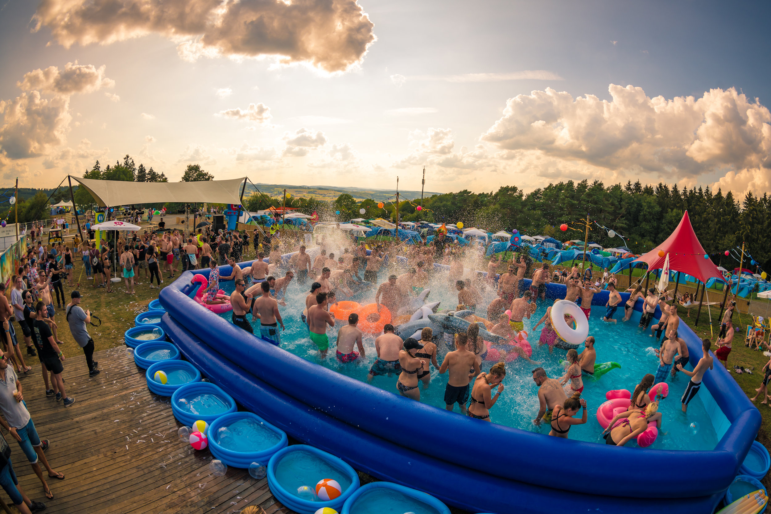 concept-outdoorpoolparty3.jpg
