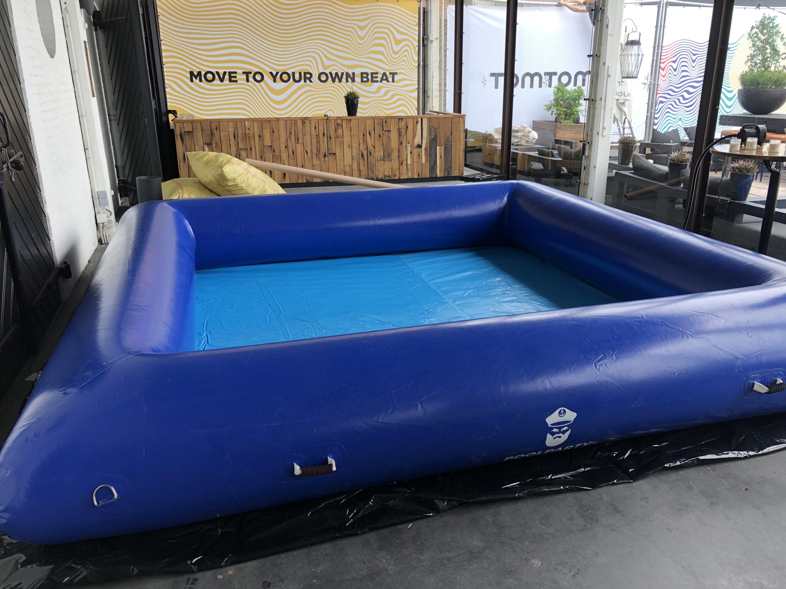4x4 blauwe zwembad.JPG