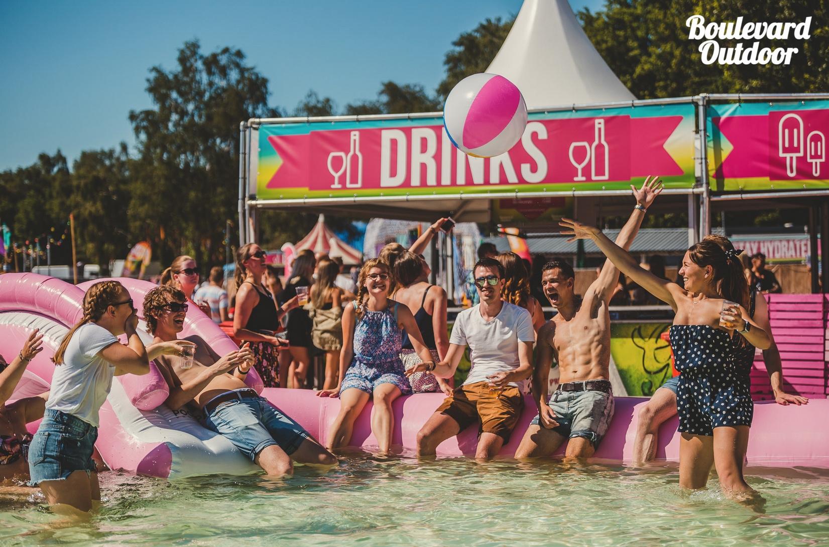 4 mensen roze zwembad.jpeg