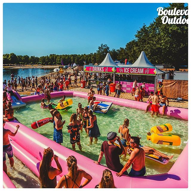 Maan, The Partysquad, Kris Kross Amsterdam en... een zwembad! Bezoekers van Boulevard Outdoor in Wierden gingen niet alleen los op de muziek, maar velen genieten ook van het koele water van het waterpretpark van poolparty productions op het festivalterrein.  #festival #boulevardoutdoor #poolparty #buitenbad #poolpartyproductions #pinkpool #ballenbak #16x11m