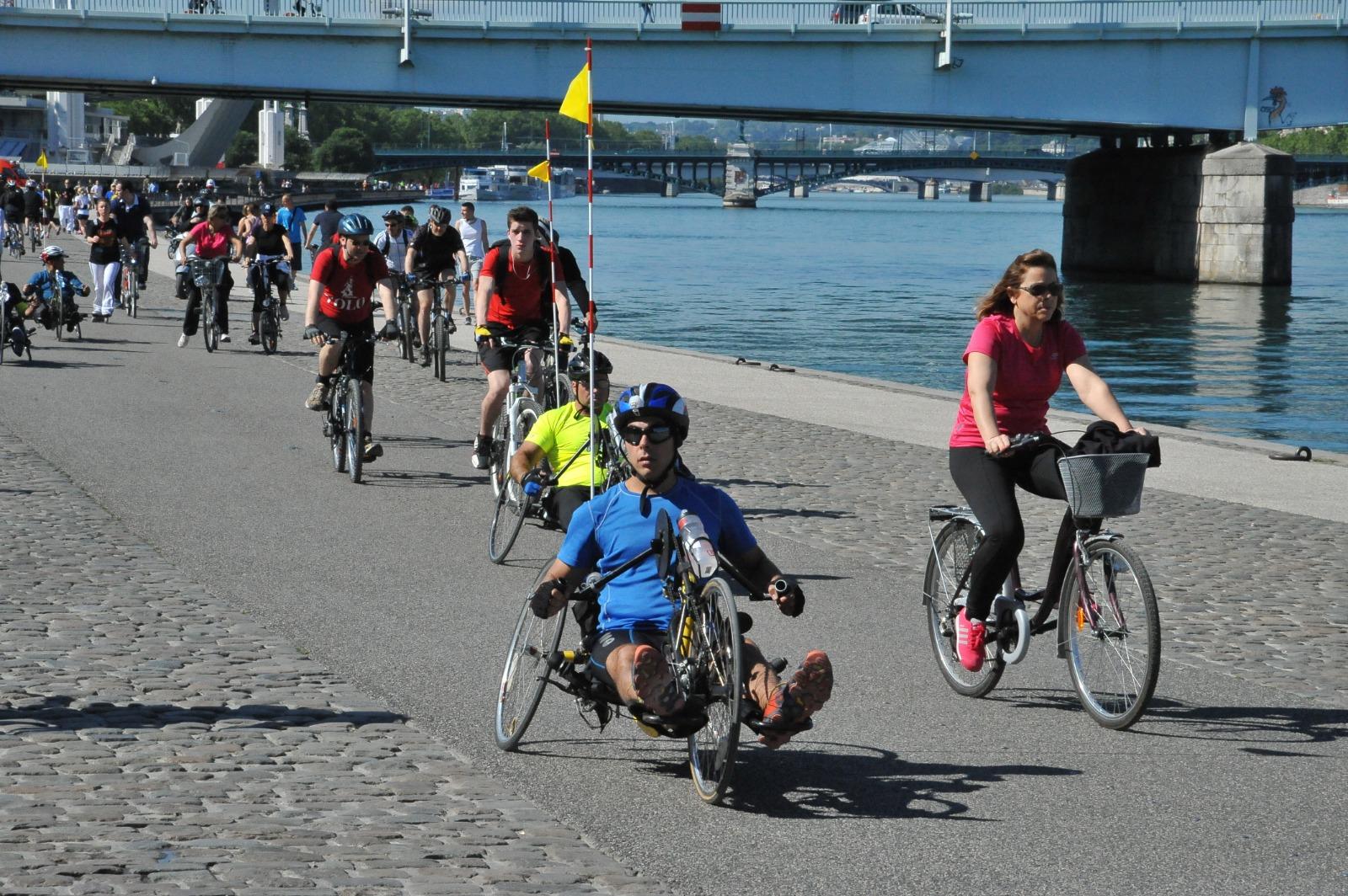 Les cyclistes de l'association Bet Halochem lors d'un voyage sur les routes de Genève. (Crédit photo : Handibiketrip.org)