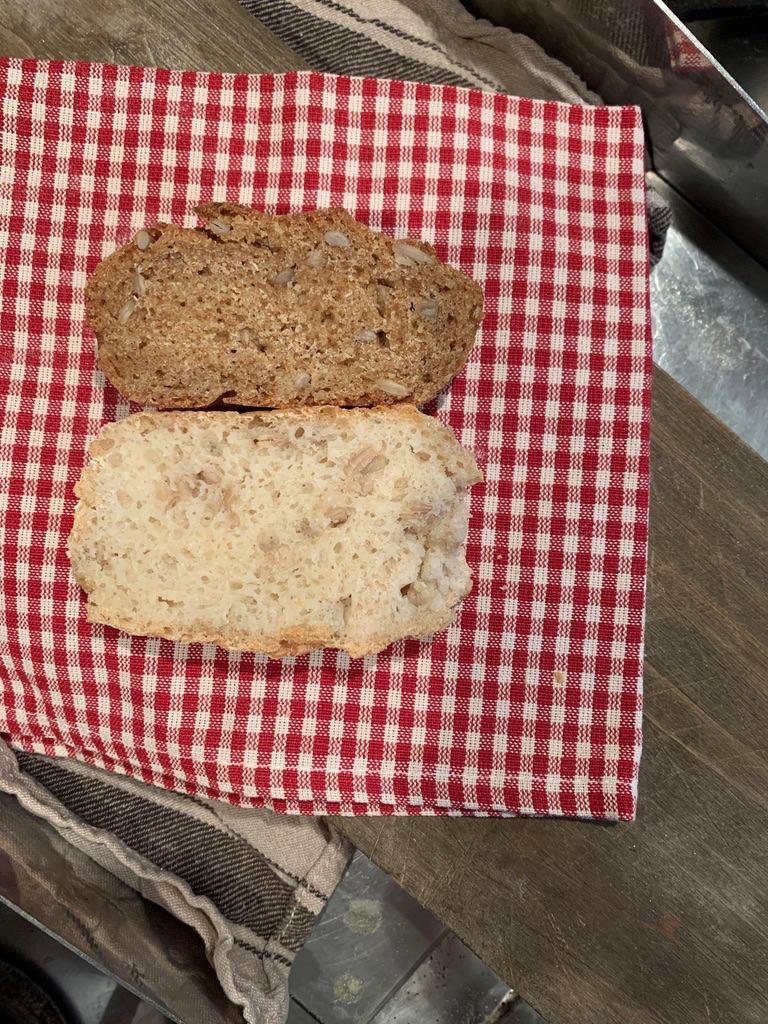 Можете да видите разликата между двата хляба от пълнозърнесто био брашно, правени по една и съща технология - тъмният е от еднозърнест лимец, а вторият (вероятно) е от двузърнест.