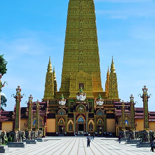 This is the most beautiful temple I've ever visited. It combines elements of Thai Theravada Buddhism, Chinese Buddhism, and Hinduism to create a peaceful and welcoming temple for all.