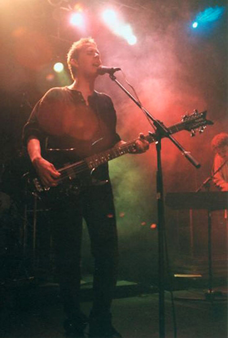 Richard Savoie on stage with Éonz