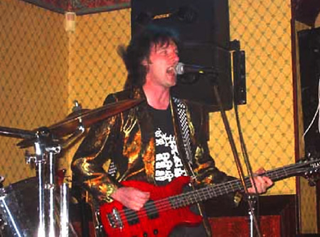 Ian Edmundson on stage with his Hamer B12S 12-string bass.