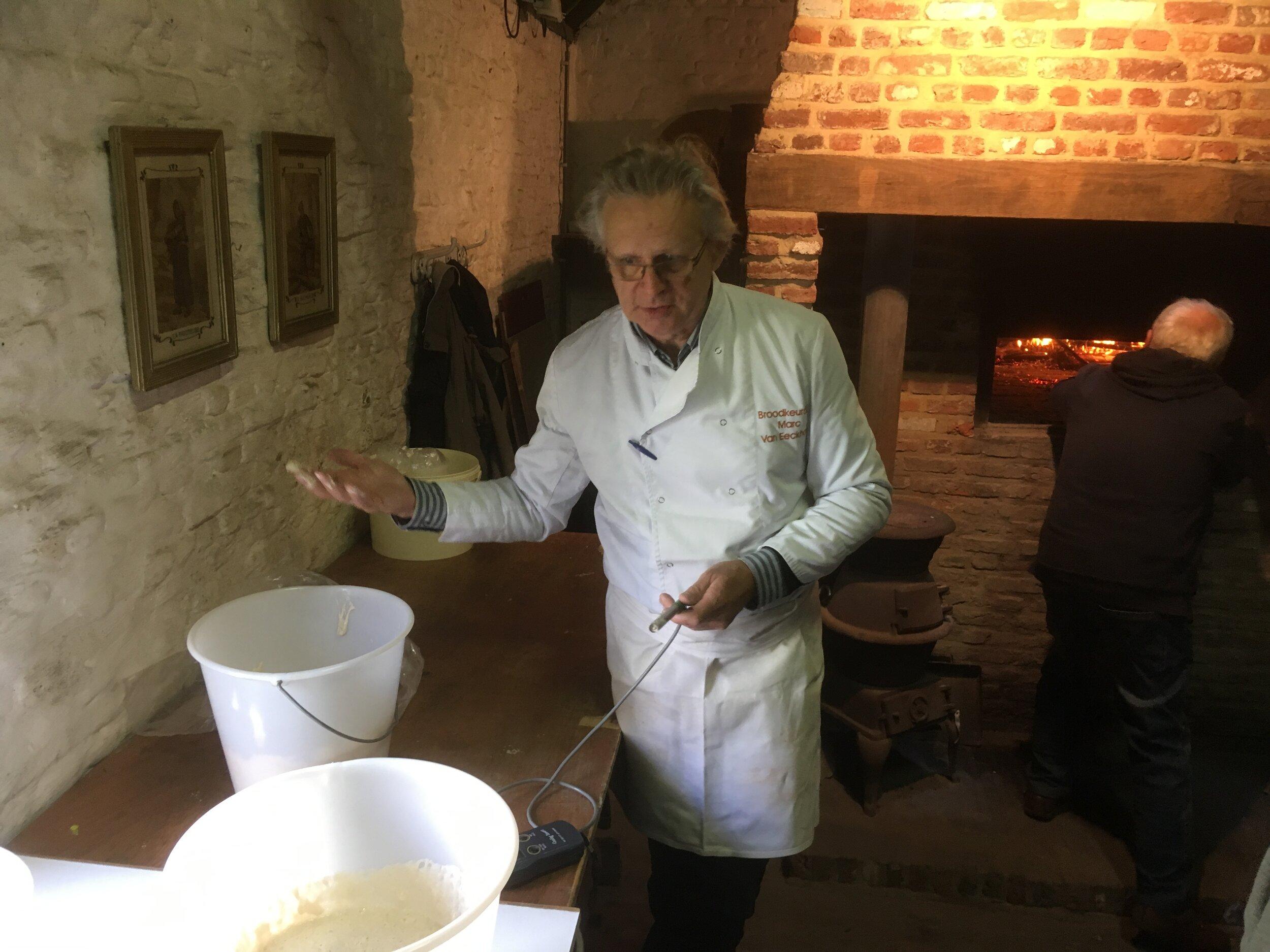 Marc van Eeckhoudt bij het stellen van de opdracht. In de achtergrond stookt Hugo de oven.