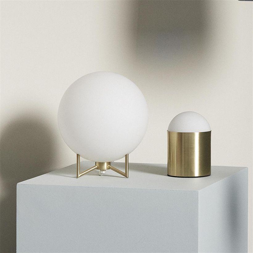 lampe-a-poser-en-verre-blanc-socle-metal-dore-hubsch-3.jpg