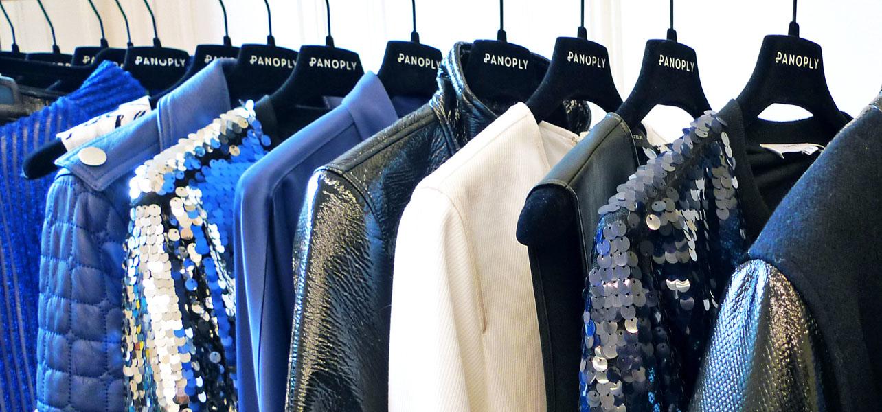- Les Galeries Lafayette Paris Haussmann présentent leur premier service de location de vêtements en partenariat avec Panoply, le site qui démocratise le luxe et ses pièces les plus créatives. Pour celles qui aiment changer et se changer, celles qui ne jurent fidélité qu'à la mode qui se démode, celles qui « n'ont jamais rien à se mettre », Panoply x Galeries Lafayette propose une garde-robe audacieuse, évolutive et créative. Accessible sur la base d'une location ponctuelle ou d'un abonnement mensuel, le service propose chaque semaine une large sélection de pièces de créateurs en vogue, des plus pointus aux plus prestigieux. Le service comprend les frais de pressing, de livraison (à vélo dans Paris) et les conseils personnalisés d'une styliste. Louer plutôt qu'acheter, c'est le cercle vertueux d'une nouvelle forme de consommation.Rendez-vous sur le site de Panoply pour louer votre prochaine tenue