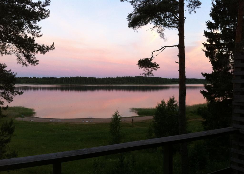 сосны-и-розовый-закат-с-видом-на-озеро-селигер-в-загородном-отеле.jpg