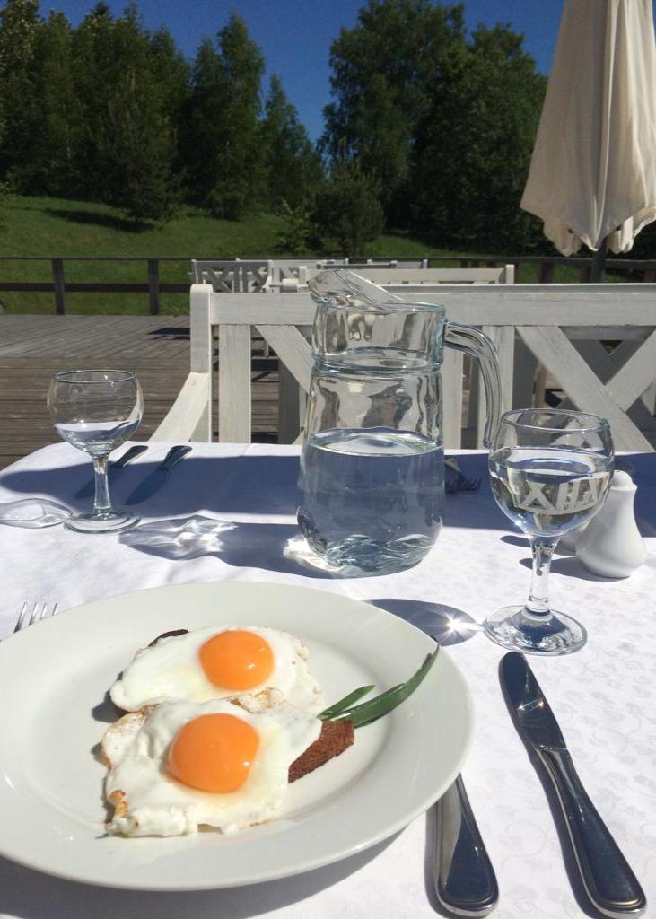 завтрак-на-свежем-воздухе-на-терасе-загородного-отеля.jpg