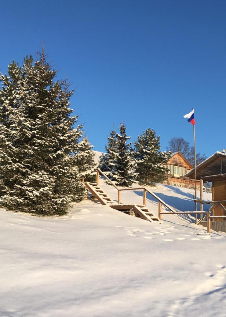 зимний-пейзаж-с-российским-флагом-солнечным-днем-в-загородном-отеле-на-озере-селигер.jpg